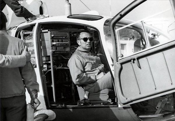 Жан Буле в кабине вертолета